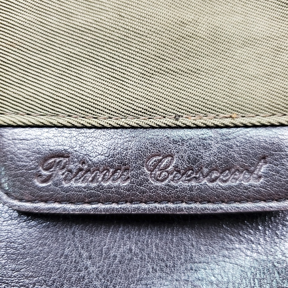 どなたかお願いします! こちらバッグのブランドなのですが、、、崩し文字すぎて読めません。。。 どなたか読めませんでしょうか?