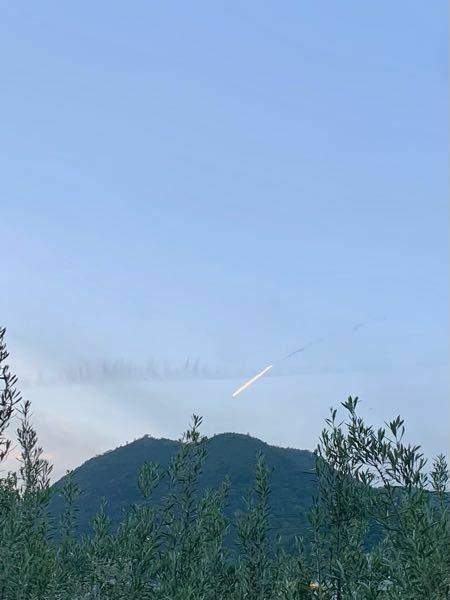 今日の18:30過ぎの北西の空で何かが落下してるような物が見えました。 調べても特に情報がないので中国のロケットの破片とか隕石ではないのかなと思いますが、正体わかる方いますか?