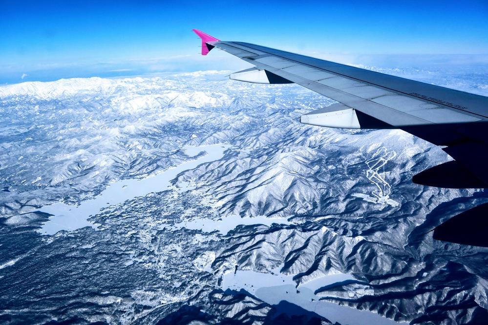 どこの上空かわかりますか? 大阪〜千歳空港間で撮影したので東北だと思いますが… 飛行機の羽の下にスキー場のようなものがあります。