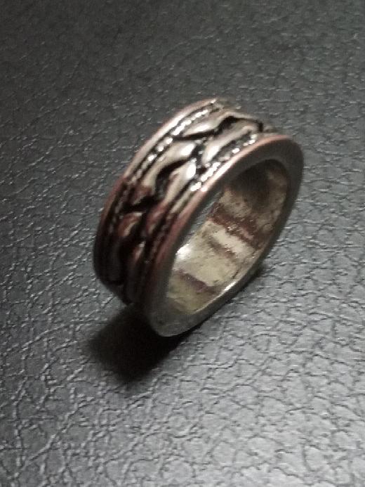 画像のように赤く変色したリングを元の銀色に治す方法を教えて下さい。