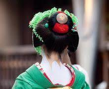 舞妓さんの髪型・割れしのぶに関して 髷の部分に詰めている赤色のモノは、何というものなんでしょう? 一般的な鹿の子ではないですし… 分かる方いましたら、教えてください!