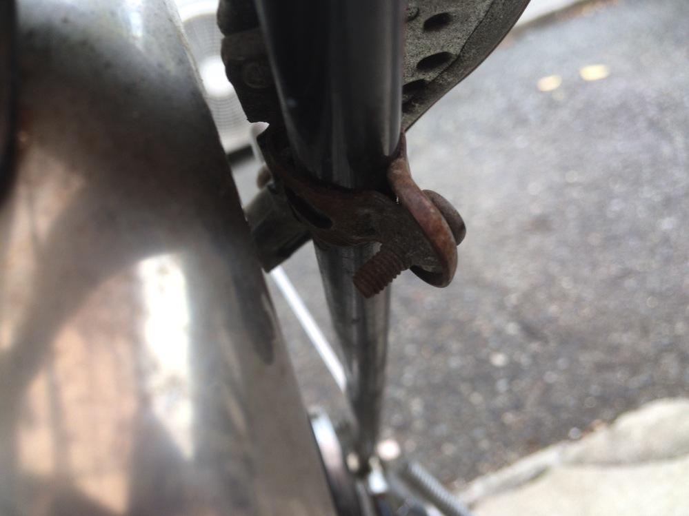 固着したネジを外したいです! 自転車の鍵を無くしてしまい、これを機に長年使用して劣化してきているリングロックごと外そうとしているのですが、ネジの根本部分が固まっていて取り外せません! 添付した画像のようなネジの場合、工具や道具はどれを使用すればよいでしょうか?