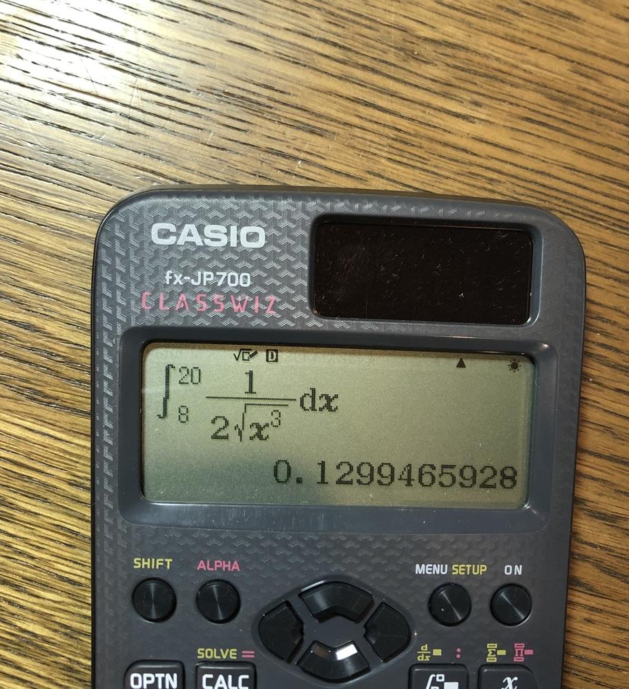 fx-JP700というCASIOの関数電卓を使っているのですが、画像のように、一部の計算で小数で答えが表示され、分数にすることができません。 数学自然表示入出力にしているのになぜでしょうか。S⇔...