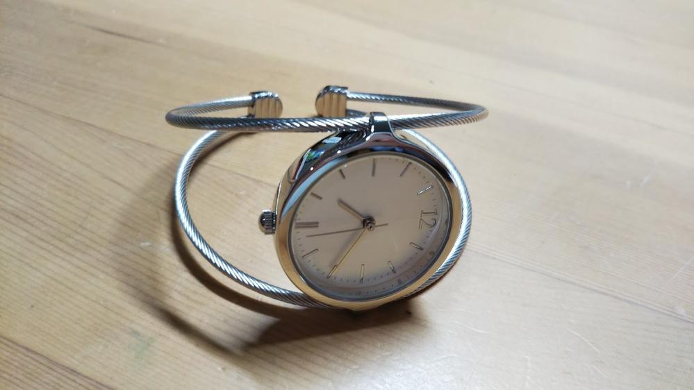 この時計はいくらぐらいですか? J-axisのsunflameです。 後ろにはstainless steel back,Japan movement,assembled in Chinaと書いてあります。 大体でいいのでお願いします。