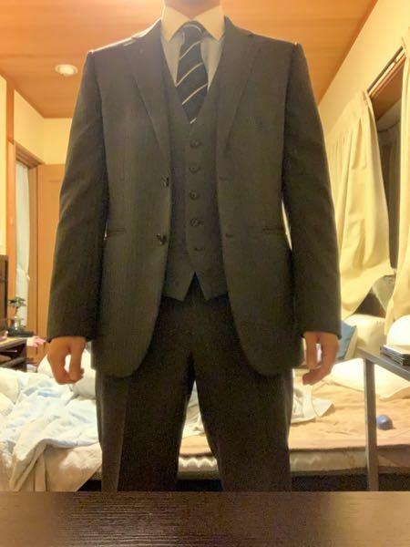 乗せ直しました。ごめんなさい 大至急お願いします! 明日友人の結婚式があるのですがこのスーツしかありませんがおかしいでしょうか? 教えてください 26歳です