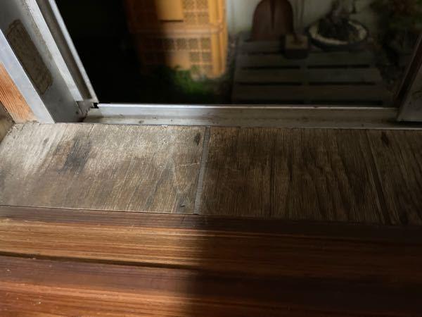 窓用エアコンについて。 コロナやハイアール、小泉等の窓用エアコンを検討しているのですが、このような窓でもドライバー以外無しで付けられますか?(上はアルミ製の立ち上がりがあります) また、スポットエアコン(TAD-2219クラス)と窓用エアコンならどちらがオススメですか?(騒音は気にしません) 壁掛けエアコンは付けられない部屋です。