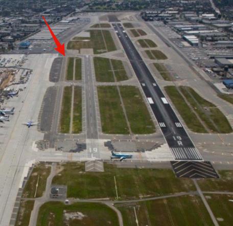 Runway 19Lへの着陸許可を得たとして 間違えて、左の誘導路に着陸してしまう可能性は? 矢印の部分のTaxiwayです。 右の大きい滑走路には旅客機が進入中。 5年ほど前に実際にあった...