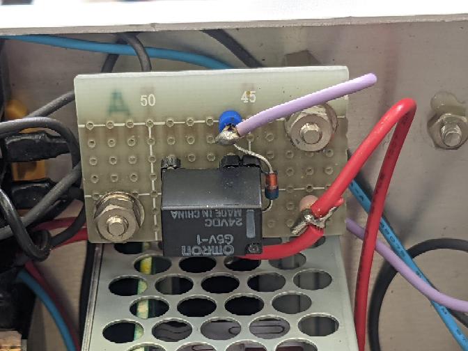 電気回路について質問です。 画像のリレーの横に付いている抵抗のようなものは何でしょうか?