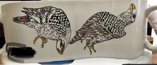 【鳥の日本画を当ててみてください】 はじめまして。 私は現在25歳なのですが、中学3年生の頃に、ある日本画を転写した添付のマグカップを図工の美術の授業で作成しました。 10年経った今、題材とした日本画がなんの絵だったか思い出せず、このたびご存知の方がいらっしゃいましら教えていただきたいと思い質問させていただきました。 よろしくお願いいたします。