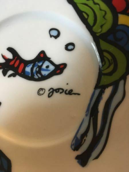 このティーカップ、ティーソーサーのブランドを教えて欲しいです。 もしくは、©︎の後の文字を解読してほしいです… よろしくお願い致します。