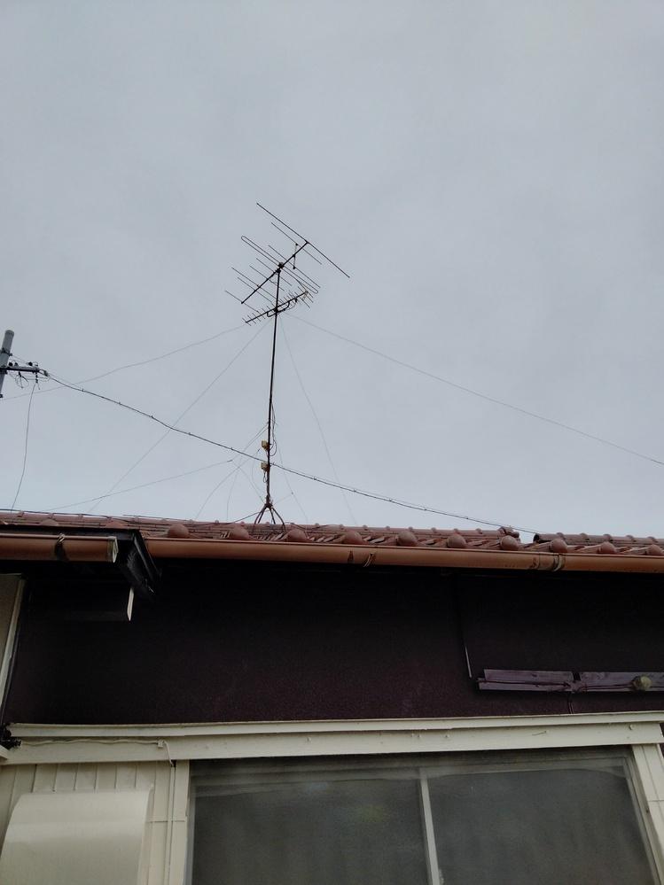 テレビが映らず困っています。 引っ越し先でテレビが映らず困っています。 アンテナはあります。地デジのアンテナかは分かりません。 後ろの端子がきちんと挿さっていないのかもしれません。 テレビに E202 放送を受信できません。 悪天候やアンテナ設置に問題がある場合もあります。 とエラーが出ています。 解決方法お教え下さい!