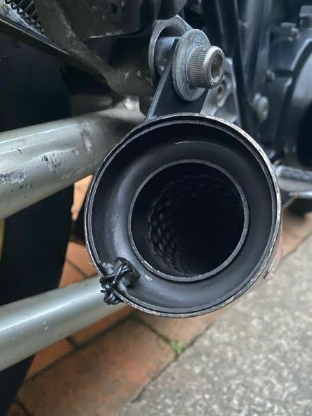 バイクのサイレンサーについての質問です。 ZRX400に乗っているのですが、装着しているショート間の音割れが激しすぎて困っています。 インナーサイレンサーが付いておりグラスウールも巻いてあるのですが、低音がものすごく響きます。インナーサイレンサーの内径がとても大きいことが原因で消音できていないのかなと考えているのですが、 インナーサイレンサーの内径と音の質というのは関係しているのでしょ...
