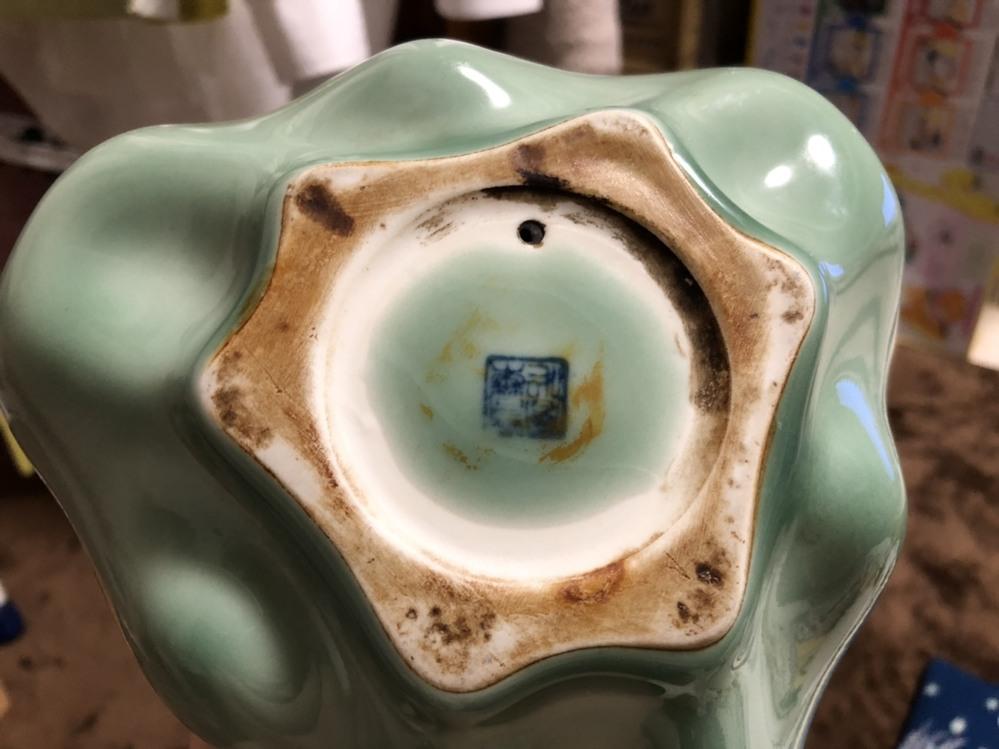 [陶器の灰皿について] 妻から処分を迫られているのですが、気に入っており捨てるのをためらっています。せめて価値があるものであれば言い訳になると思い調べております。 どなたかこの灰皿の詳細につい...