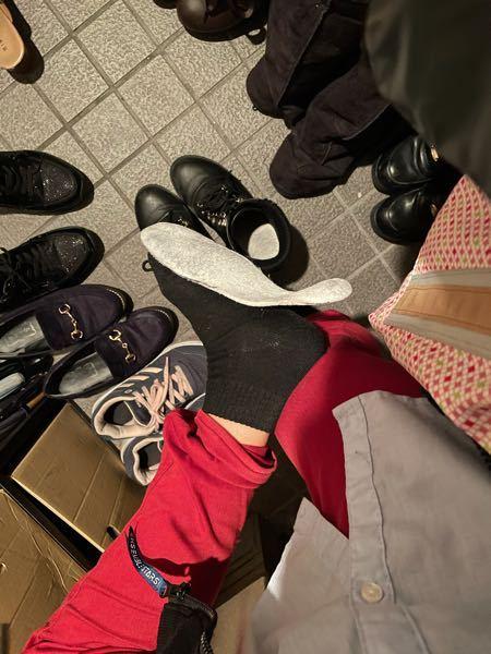 黒っぽい靴下を履いて、脱ぐと、インソールが画像のようにくっついてしまったり、中でぐちゃぐちゃになってしまいます。 どうしたら解消できますか? お気に入りの靴なので捨てたくないので『捨てろ』や『履くのをやめれば解決』などの回答になってない回答、誹謗中傷はやめてください