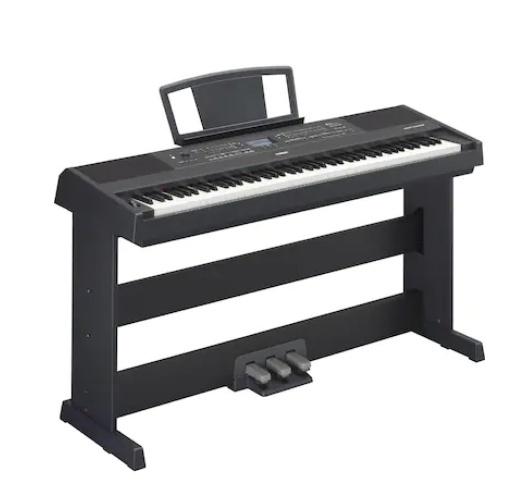校内合唱コンクールをする学校では、クラスの教室ごとにピアノやキーボードが置かれているのですか? もし教室に置かれていなかったら、どうやって音を確かめながらの練習をするのですか?
