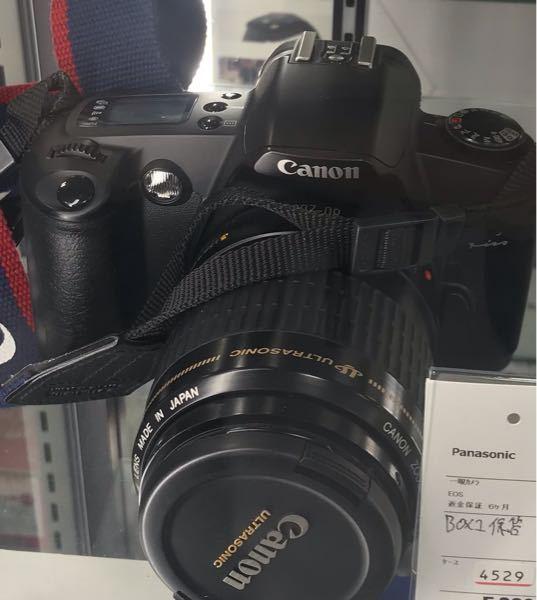 今日リサイクルショップで気になるカメラを見つけました! カメラが機種がわからないです! こちらのカメラの種類とかわかる人いますか? 一度新品がいくらか見たいため知ってる人力を貸してください