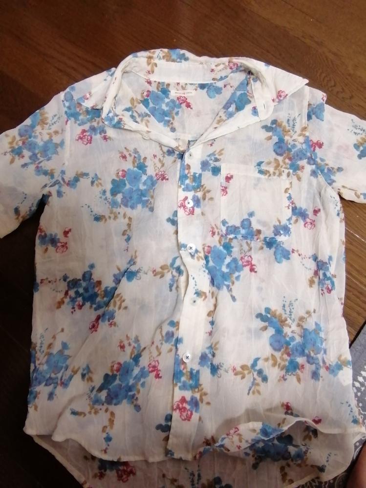 このスケスケの半袖シャツはどのように着用すればよいのでしょうか?具体的な例をあげていただけると嬉しいです