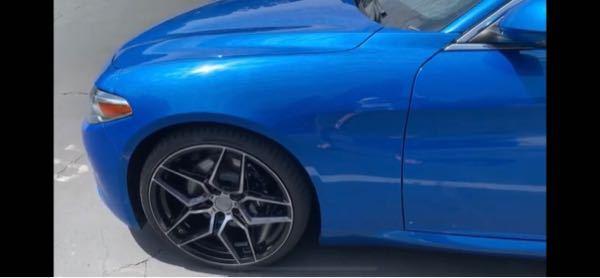 このホイール何処のメーカーか知ってる方いますか? もしくは、これに似たホイールを知ってる方はいますか? 教えて欲しいです。車はアルファロメオジュリアです。
