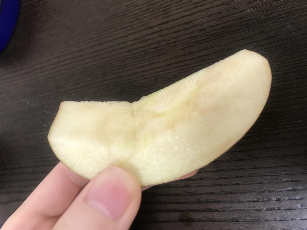 このりんご食べても大丈夫でしょうか、、 火曜日に購入して今日まで冷蔵庫の中にしまっておきました。 切ったそばから茶色くなってるのは何故。。