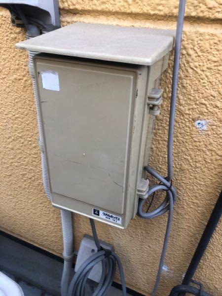 家の裏側にあるこの電気のボックスはなんでしょうか、。 コンセントが抜けていました。挿した方が良いのかかわならないので教えて下さい。住宅メーカーがもう倒産してしまい、確認できなくて困っています。