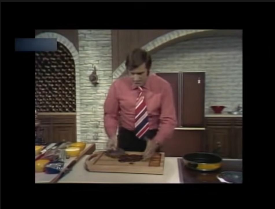 画像の男性が持っている調理器具は何と言いますか?みじん切りなどを鍋や容器に移すときに使っています。