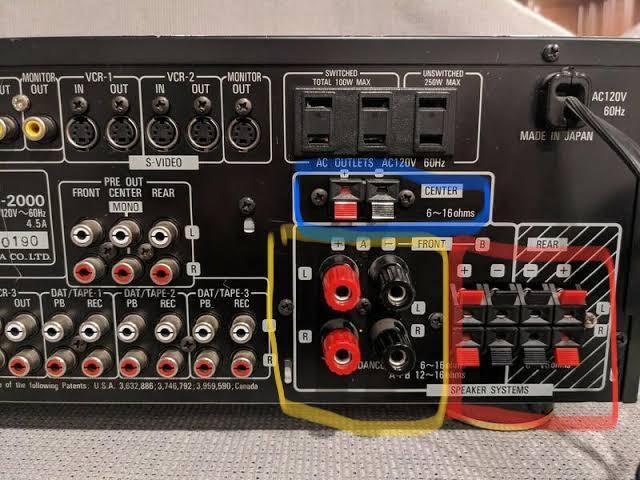 アンプの配線についての質問です。 今現在、写真の赤色で囲った所でフロントスピーカーとリアスピーカーを接続し、青いセンタースピーカーの所にセンターを接続しているのですが、リアの鳴りが弱く、5.1chのテスト動画などをYouTubeでやってみたのですが、右後ろで本来鳴るはずの音がフロントのスピーカーが大きめで出てしまいます。 一応リアからも音は出てるのですが小さいです。何か配線が間違っているのでしょうか? 同じスピーカーで揃えられてないのでそれも原因でしょうか? あと、写真の黄色で囲んだフロントの端子は、どう使うのでしょうか? よろしくお願い致します。。