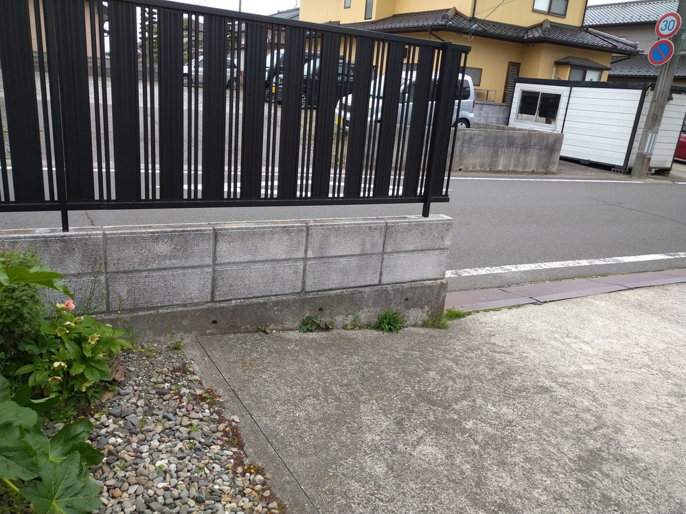 家の前の駐車スペースを広げるのに、ブロック塀と下の基礎のコンクリート部分、上のフェンスの一部撤去を 見積もっていた所、 個人の方は30000円、業者は50000~60000円と差があります。安いのは魅力ですが業者の方が信用なるのか、迷います。