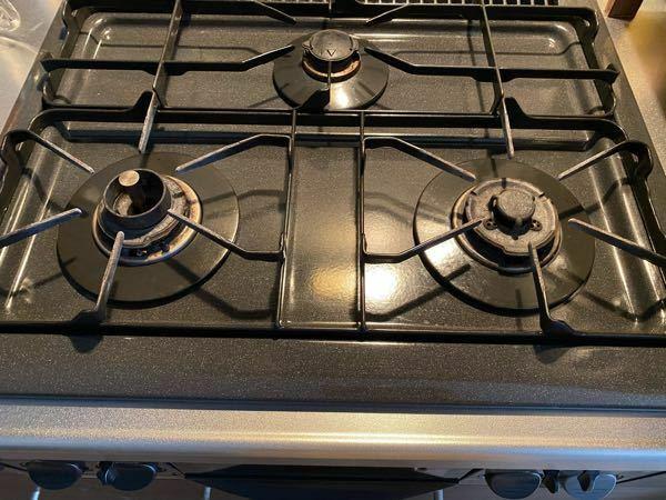 ガスコンロを消すときに「ブォォッ」と火?が消える音がします。取り替えた方が良いのでしょうか。 賃貸でガスコンロは古い型だと思います。