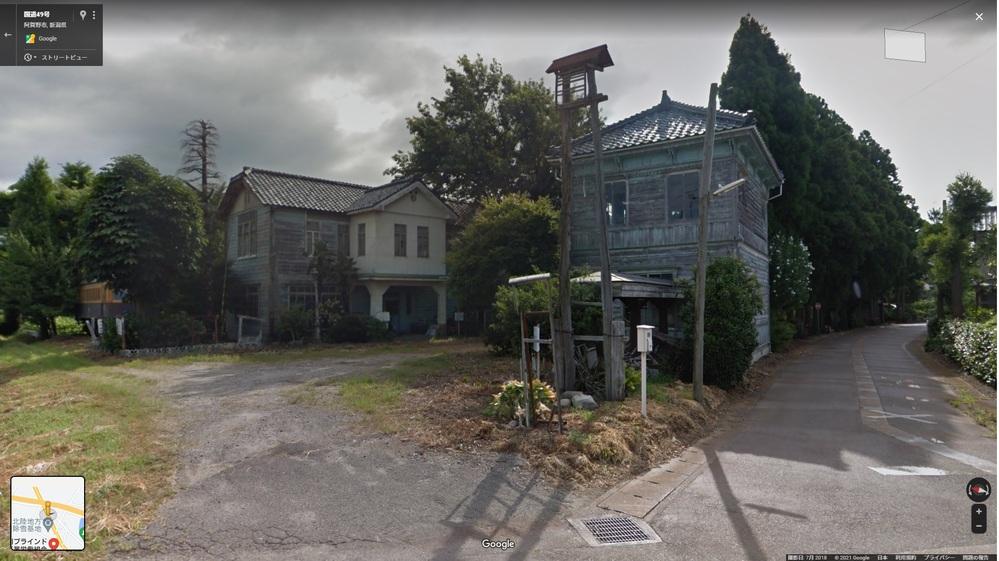 先日新潟から会津若松に向かうのに国道49号を走ってたのですが 途中で見た家がとても気になっています。 場所は新潟県阿賀野市六野瀬2587です。 住所はGoogleマップで調べたものです。 この明治時代っぽい建物は何でしょうか?