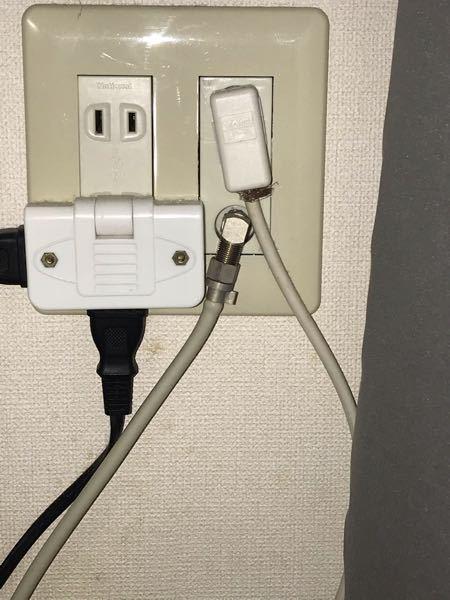 テレビのコンセントから銅線が出ています。 写真に添付したように、テレビコンセント下部から銅線が出ているのですが、こちらは問題無いでしょうか。 また、写真にございます左側のタコ足がDVDと繋がっているのですが、テレビを付けたらDVDの電源が切れていることに気が付き、コンセントを押し込もうと軽く触れただけで、パチッと小さく感電のようになり、その後DVDの電源が入りました。 これらの状況から、何か危険な部分や、改善した方が良い部分などありますでしょうか。 どなたかお詳しい方いらっしゃいましたら、何卒御教授ください。 よろしくお願い致します。