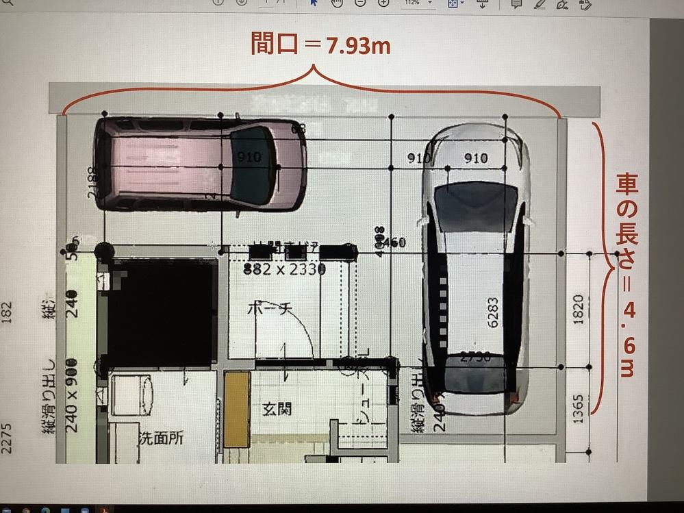 この間口で、普通車 2台分の駐車は可能でしょうか? 土地購入を検討している者です。 土地の大きさ(間口)と、ハウスメーカーから提案された間取りの一部は画像のとおりです。 ・間口は7.93m ・絵の通り、1台は縦(シルバーの車の長さは4.6m)に、そしてもう1台は横に駐車を想定 ここで質問なのですが、仮に、このピンク色の軽自動車が、縦に駐車している銀色の車と同じ長さのミドルクラスの車(長さが4.6m)だった場合、駐車して人の出入りは可能でしょうか?(シルバーの車を2台停めることは可能でしょうか?) 一般的にどれほどの広さがあれば駐車できる等、根拠を併せて、ご教示くださいますと大変幸いです。(ネットで調べても、縦に2台、といったパターンでしか説明が無く、困っております。。) また、ハウスメーカーの担当者は、恐らく停められるでしょう、、とのことです。 何卒、宜しくお願い申し上げます。