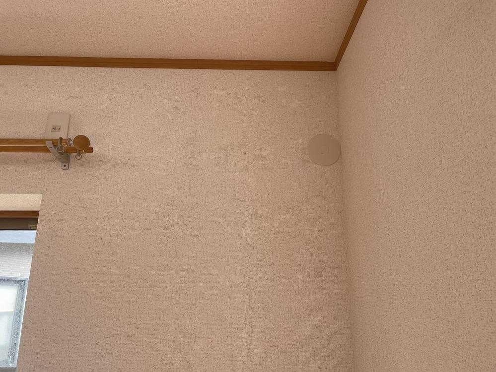 エアコンのダクト穴の位置について伺います。 中古住宅を購入したのですが、画像のような位置にダクト用の穴があります。 カーテンレールの端と壁までの距離は75cmほどしかなく、設置できるエアコンはかなり限られてきます。 調べたところ、富士通のノクリアCというものが、横幅72cmということなので、それを検討しておりますが、いずれにしても穴に本体がかぶさるように設置するしかないと思われます。 そのような設置に仕方はあるのでしょうか? もう一点。 エアコンの値段はピンキリですが、値段の高い安いで室外機の騒音に違いはあるのでしょうか? 安いのは室外機がうるさい…などということがあるのでしょうか? 何卒宜しくお願い致します。