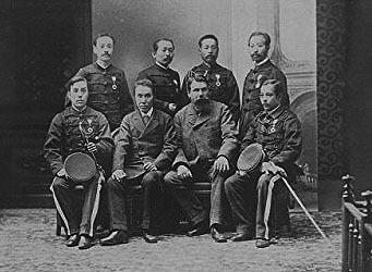 この写真は明治7年の陸軍幹部と言われていますが、前列・後列あわせて8名写っていますがこの中に山県と勝がいるそうです。 この8名はそれぞれ誰だかわかりますか。