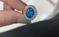 ハンドメイドに詳しい方教えてください。 写真の指輪はハンドメイド品ではないのですが、丸の部分のようにビーズ(パーツ)が取れてしまった場合はどんな接着剤で付けるのが良いですか? 因みにパーツの方も探しておりまして、1mm程度のダイヤモンドのようなビーズが売っている場所を教えてください。 パーツの値段は500円以内で探しております。