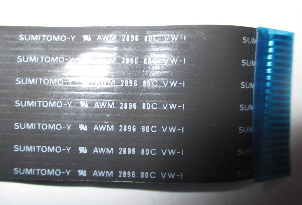 フラットケーブルについてお聞きします。 ONKYOの27年前の古いカセットデッキK-511Mの キャプスタンモーターが壊れて取り換えたのですが 分解組み立てしているうちに フロントの表示窓と本体基板を繋ぐフラットケーブルが 断線してしまいました。 SUMITOMO-Y AWM 2896 80C VW-1 と表示があります。 導線は21本、全長約300㎜、ピッチは多分1.25㎜と思われます。 ネットで探しましたが導線21というのが見つかりません。 この場合22本のもので代用はできますか。 また、断線したケーブルを再加工して利用することってできるでしょうか。 こういう経験は初めてなので対応の仕方が分かりません。 よろしくお願いします。