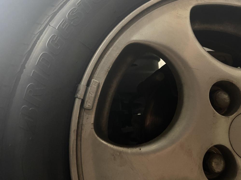 タイヤ交換をしたのですが、交換する前には付いていなかったこの銀の小さなパーツがついていたのですが、 これは整備士の方のとり忘れなのでしょうか。 それとも、付いていても問題のないものなのでしょうか。 教えていただけると嬉しいです。 よろしくお願いします。