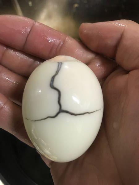 大至急お願いします! 茹で卵を作ったら黒い模様が出来てました! 食べても大丈夫ですか? ニトリのダッチオーブンでお酢を少量入れたお湯で15分ほど茹でました 黒い模様はヒビ割れた所に出来ました。