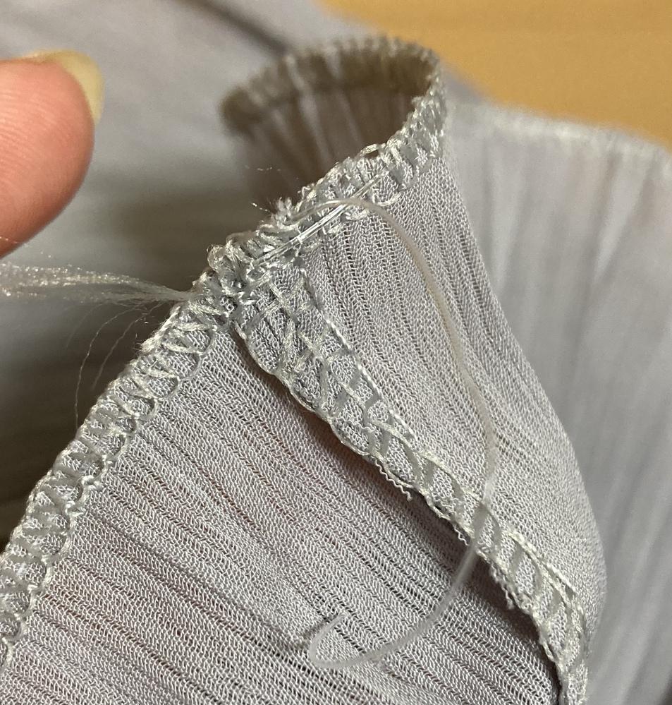 わかりづらいかもですが、おしゃれ着洗いせずに洗濯をしてしまったため画像のように洋服の袖の部分の透明な糸がほつれてしまいました。 どう対処したら良いでしょうか? 何かいい方法わかるかたら教えて欲し...