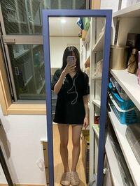 18歳女です。 最近オシャレに目覚めてきて色々な服に挑戦してみたいなと思っています。 ですが、、骨格タイプ?と言うものがよく分からなくて。 私の体型はウエストは細めで、下っ腹が出ており、骨盤が広めで、足の太さは写真の通りです。上半身は肩幅が広いかなと言う印象です。 私みたいな体型に合う服装とはどんなものでしょうか? 鎖骨がしっかり出てる方なのでVネックとかは似合う方なのかなと自分では思ってい...