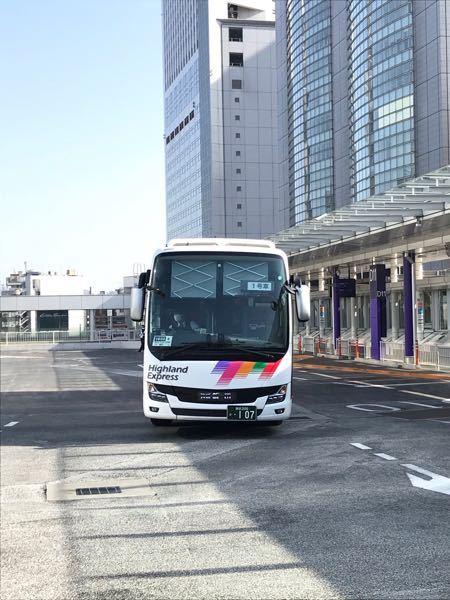 高速バスについて質問です。写真のように大型のバスってナンバーが中央からズレて設置されている車体が多い気がするのですが何か理由はあるんでしょうか?