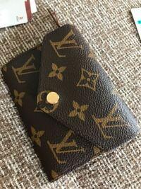 ルイヴィトンのこの財布のシリアルナンバーはどこにあるんですか?