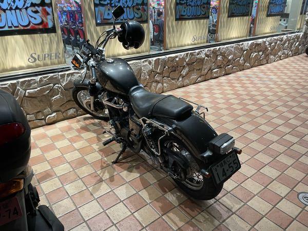 このバイクの車種を教えてください。 ホンダのシャドウかなと思ったのですが、タンク形状とか色々ちがうので細かい年式とかわかる人いたら教えてください。
