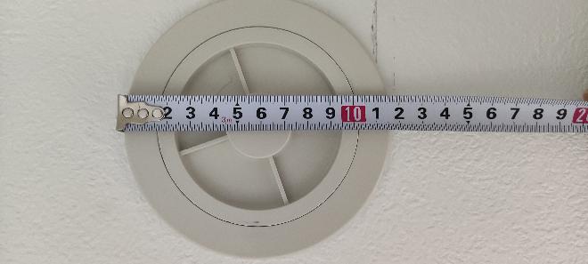 エアコン取り付けで質問です セキスイハイムのエアコンスリーブでかくない?ですか? どうしてもエアコンからはみ出る突っ張って隙間が。 外してホムセンスリーブ付け直しってありですか? でかくないですか?