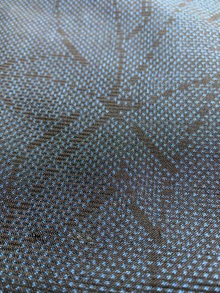 購入した着物について、種類(紬など)、染め(先染めなど)、織り方(平織など)についてご意見いただきたい。 正絹という表示の着物を購入しました。 シャカシャカとした手触りで、軽く、かたい印象があります。袷の着物で、裏地は普通の柔らかな絹です。 購入して、これは紬というものではないだろうか?と思ったのですが、初心者のため判断がつかず、助言いただきたいと思い投稿いたします。 冒頭の「(〇〇など)」というのは私の予想です。判断がつかなくてもそのまま着てしまえば良いのですが、後学のためにご意見をいただきたいです。 内容と離れてしまっても、おすすめのコーディネート、着るときに気をつけるポイント、生地の特徴等でも嬉しいです。(八掛の色はえんじです。写真が1枚しか載せられないのでわかりにくいですが、よろしくお願いします。) 着物関係で質問するのは初めてで、何の情報が必要なのか、どんな写真がいいのか分からず、 適切な情報を提示できていないかもしれませんが、ご意見いただけると嬉しいです。