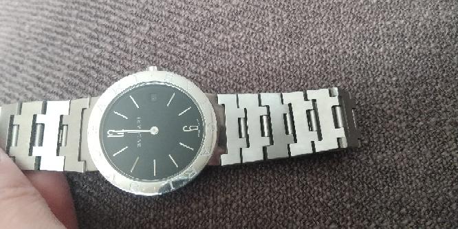 こちらのBVLGARIの腕時計は本物でしょうか? 親が使っていたもので掃除をしていたら出てきたのものですが他界している為情報が分かりません。 コピー品が多いと聞きますので買取業者に持ち込む前にま...