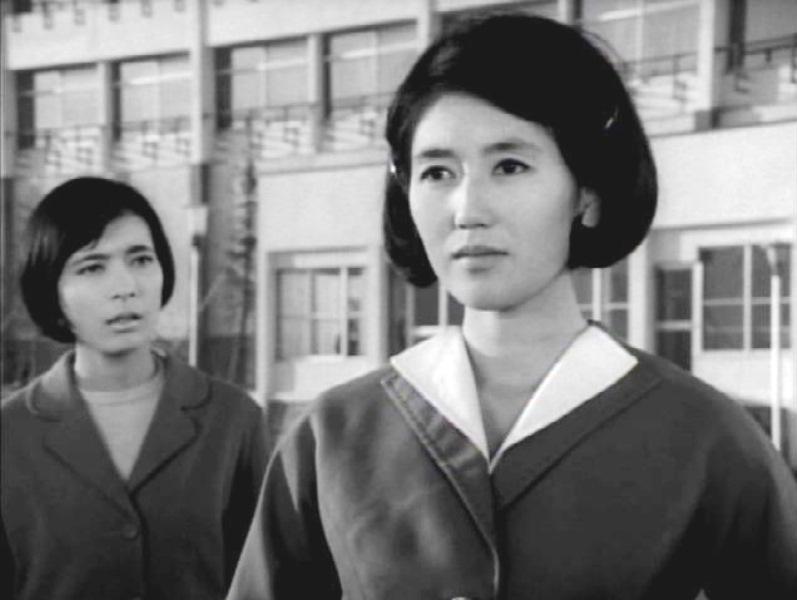 ウルトラQ 第7話「SOS富士山」にゲスト出演していた女優は、 市川和子さん(写真右)なのですが、なぜかドラマ出演者のクレジットに 彼女だけ名前が出てきません。 何故なのでしょうか?