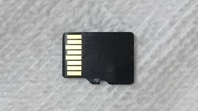 sundisk の micro SDカード(スタンダード)をヤフオクで購入したのですが、SDカードの裏面を見たら、シリアルナンバーや mide in CHAINA どころか、何の印字も記載されてませんでした。 これってやはり偽物なんでしょうか?