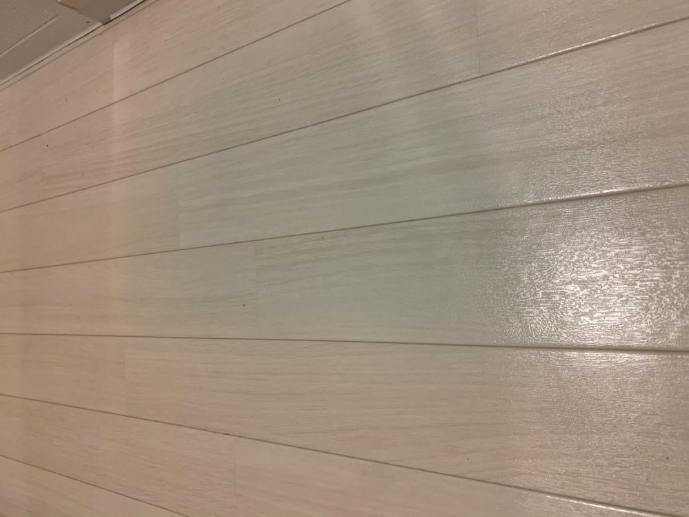 お風呂マットをひく床にカビ(?)が生えていました( ; ; ) 引っ越してからまだ1ヶ月と数週間しかたっていません。カビを生やさないように一応気をつけていたので、使ったら放置せずすぐに床から片付...