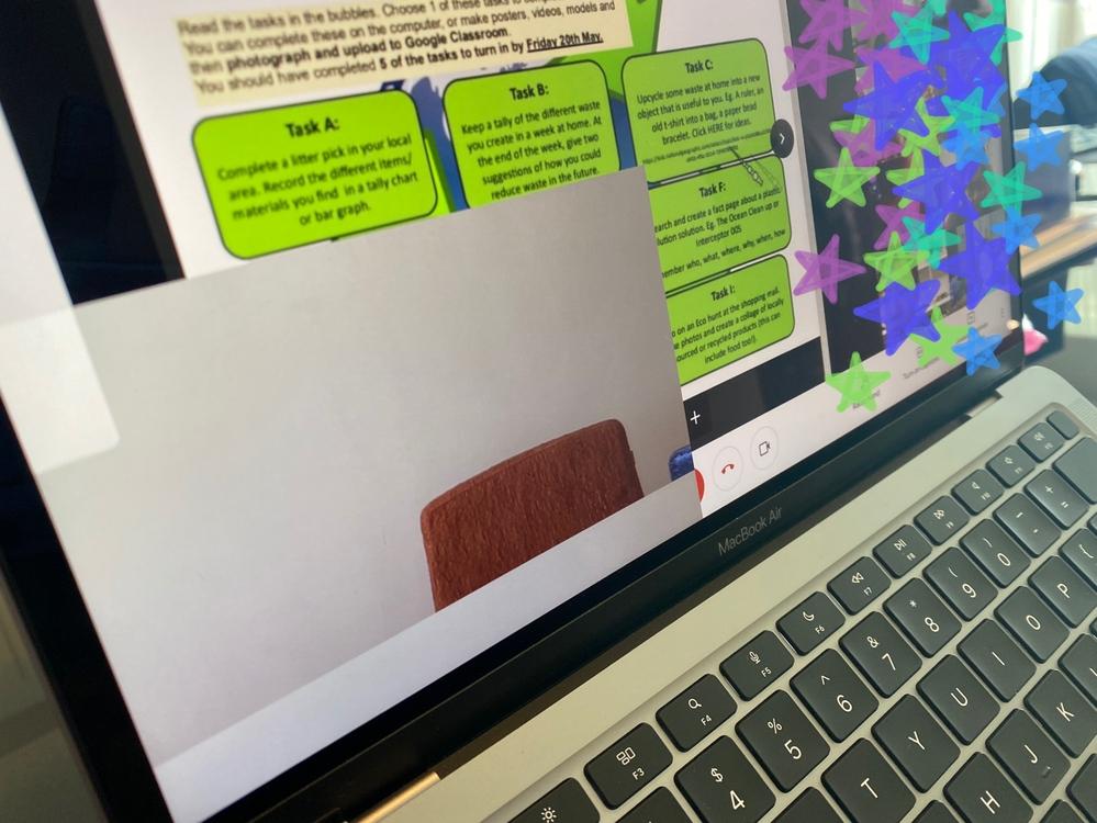 教えてください。 MacBook Airを使用して、Google Meetで子供がオンライン授業を受けています。 画面の左下に画像のように、もう一つ自分のカメラ映像が出てしまい、消すことができ...