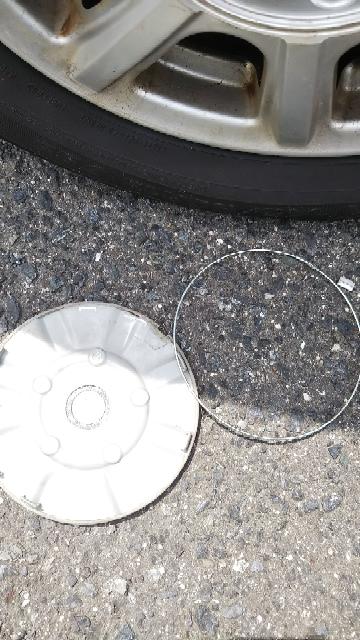 1ヶ月前に中古タイヤをタイヤ店でつけてもらいました。一昨日車に乗ろうとしたら、タイヤのカバーが一個落ちてまして、その後ろのタイヤのカバーはありませんでした。運転手側のタイヤはついてました。 自然に外れるものですか?一個だけ外れたのはどうしたらいいでしょうか?